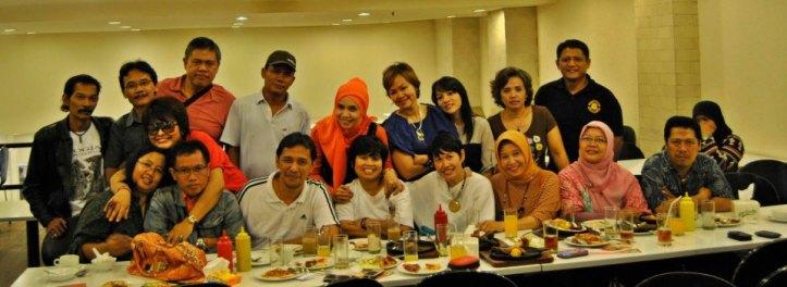 Alumni SMP Negeri 86 Cilandak (Jakarta), melakun pertemuan membahas perencanaan reuni mendatang, pada 30 Nopember 2013. Hadir pada kesempatan itu, alumni yang telah sukses menjadi artis (Neneng Anjarwati) berkacamata.