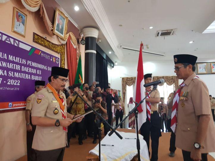 Adhyaksa Dault, sedang melantik Gubernur Sumatera Barat sebagai Ketua Mabida Gerakan Pramuka.